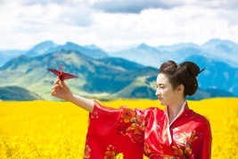 geisha in a yellow field holding a paper crane