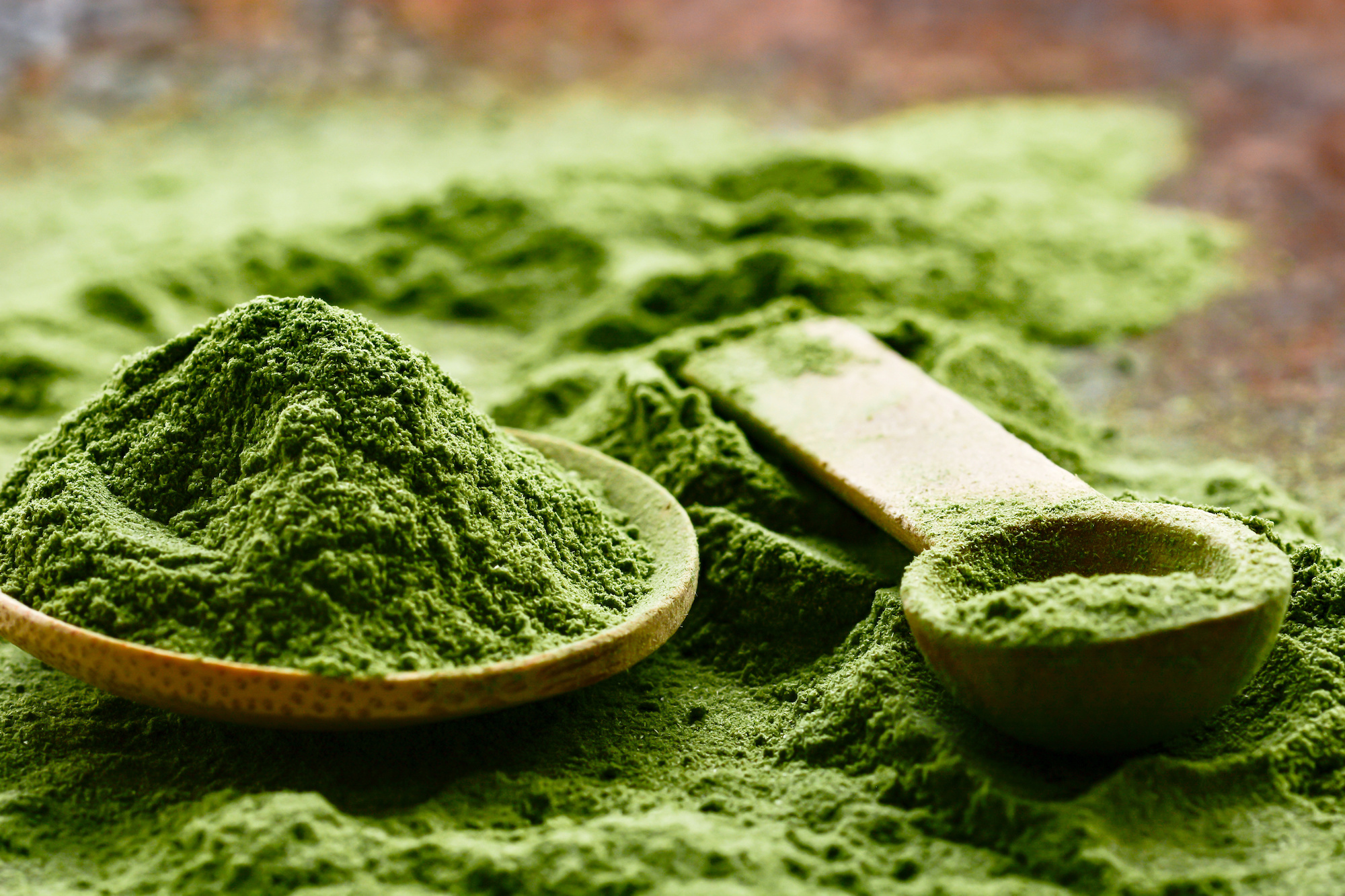 powdered greens on a measuring spoon