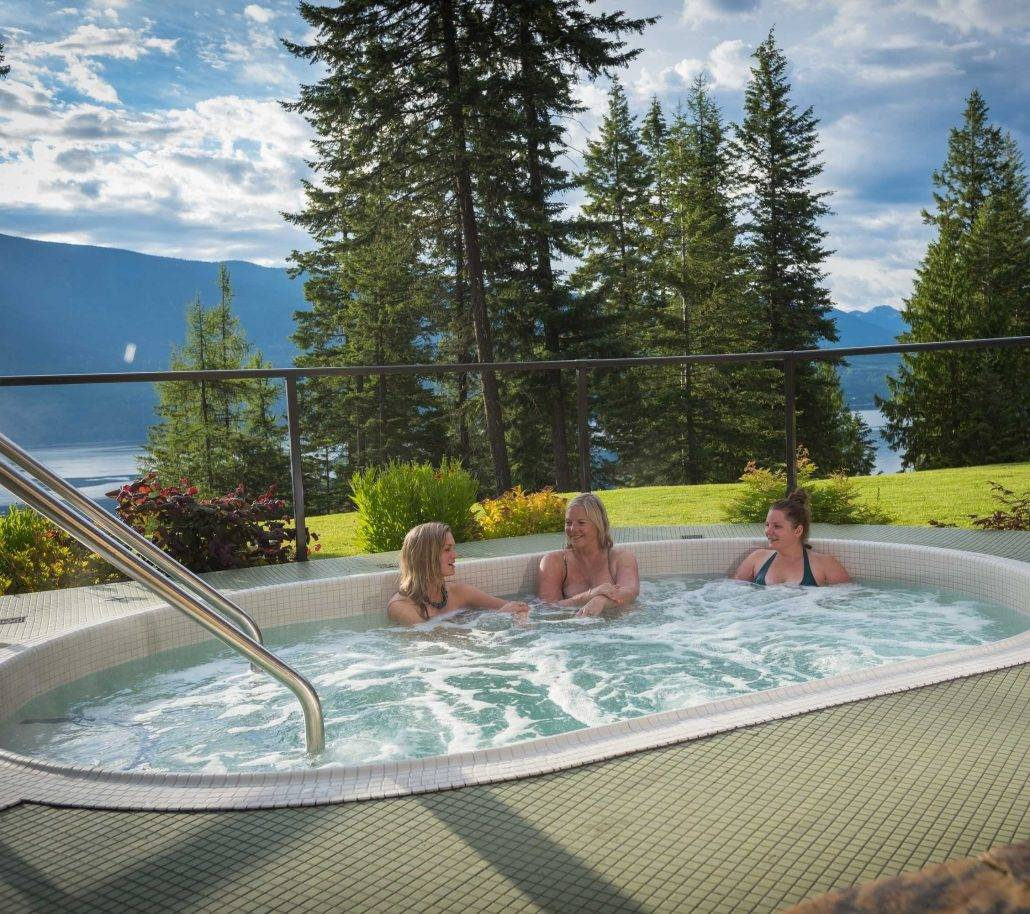 Mountain Trek Lodge & Spa Jacuzzi overlooking lake